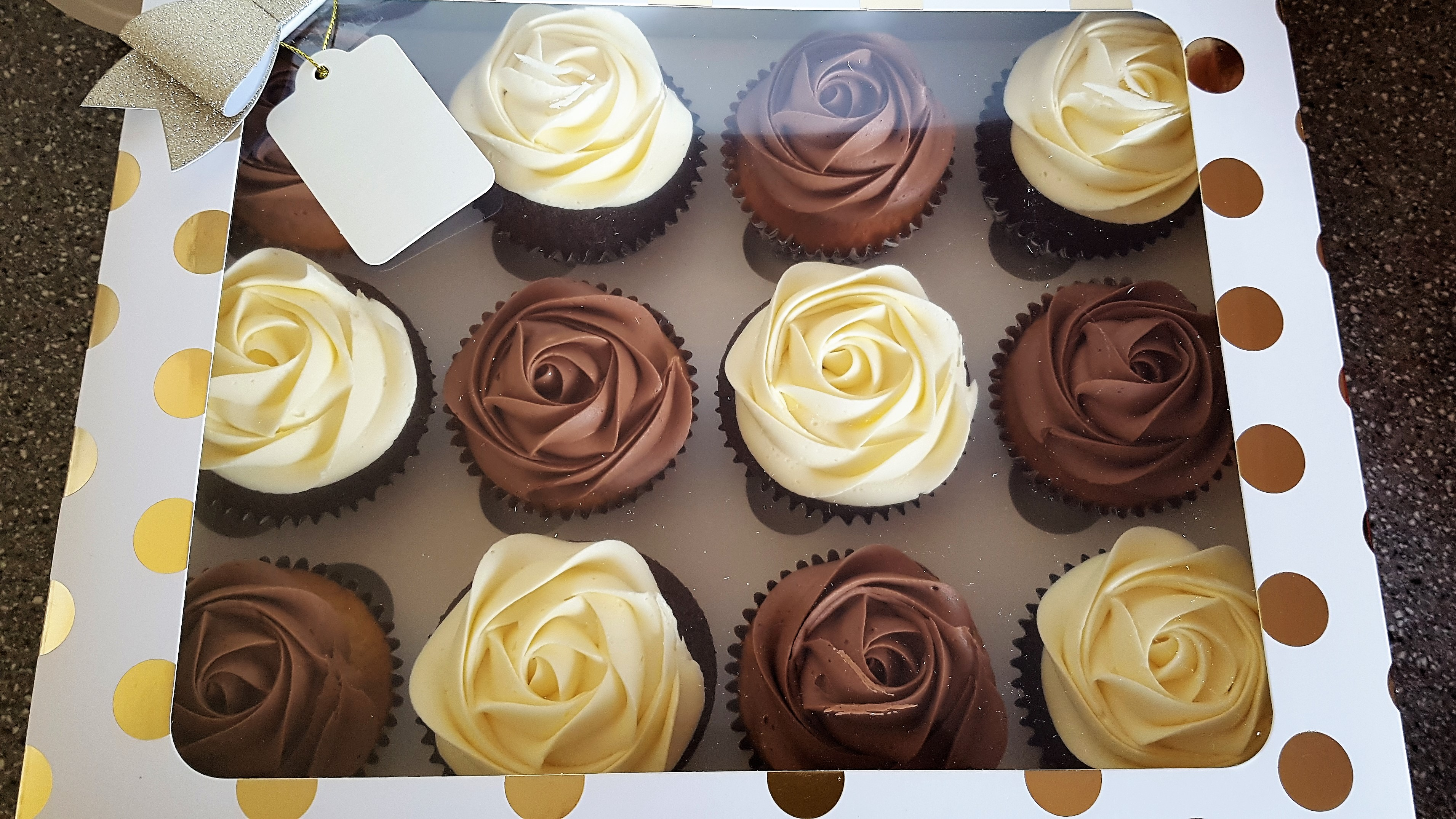 Gift box of 12+ cupcakes